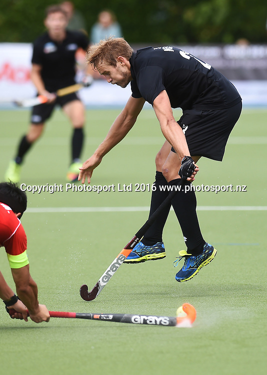 New Zealand's Shay Neal takes evasive action. Black Sticks Men vs Korea test match series, Lloyd Elsmore Hockey Stadium, Auckland, New Zealand. Saturday 19 March 2016. Photo: Andrew Coranga / www.photosport.nz