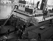 "22/01/1953<br /> 01/22/1953<br /> 22 January 1953<br /> Irish Red Cross supplies for Italian flood victims being loaded on the ""North Down"" at North Wall, Dublin.  Rifornimento della Croce Rossa irlandese per le vittime delle inondazioni italiani in corso sul ""North Down"" a North Wall, Dublino."