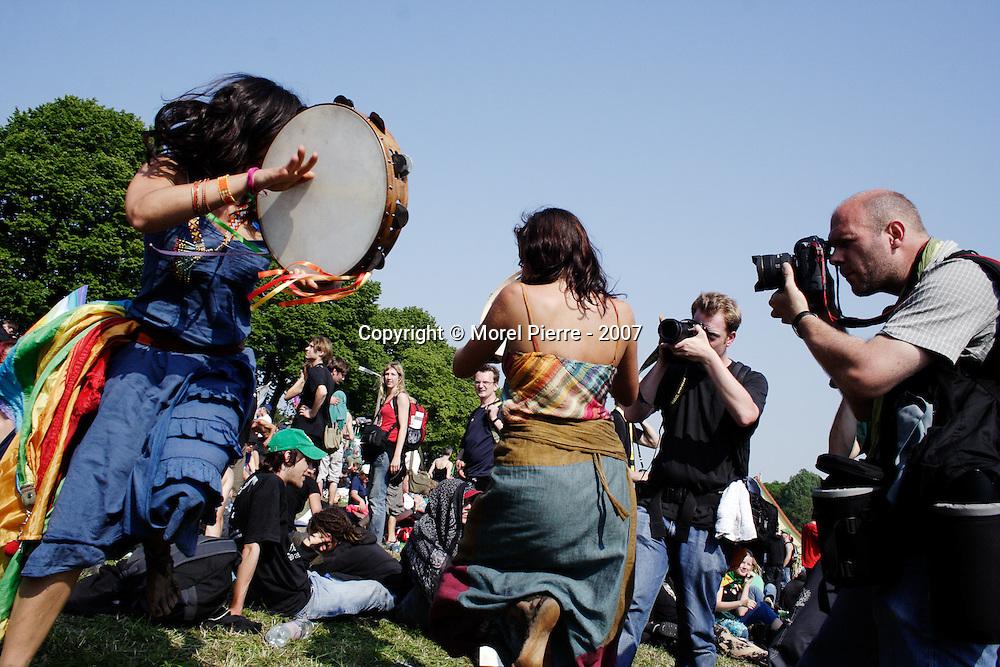 7 Juin - Porte Ouest de la zone rouge : Des jeunes femmes dansent pendant que les activistes se reposent.