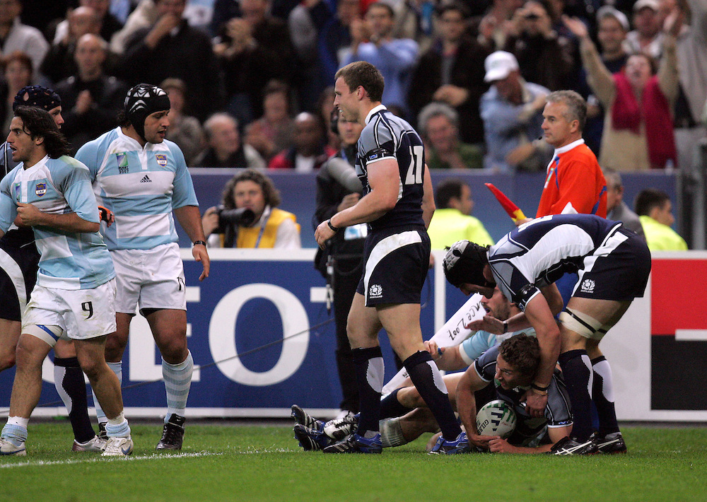 Chris Cusiter scores a try for Scotland. Argentina v Scotland (19 - 13) Stade de France, St Dennis, 07/10/2007, Quarter Final Match 44. Rugby World Cup 2007..