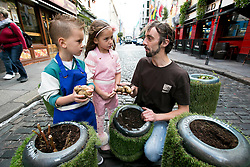 Repro Free: <br /> Andrew Douglas from Urban Farm is pictured with Jayden Whelan (age 6) from Swords and Malena Behan (age 6) from Palmerstown harvesting some Urban Farm potatoes in Temple Bar as Bord Bia in conjunction with the Irish Potato Federation and the Irish Farmer&rsquo;s Association, welcome the return of National Potato Day this Friday, 3rd October. Much-loved by Irish families for generations, National Potato Day celebrates a reliable favourite that not only tastes delicious and is incredibly versatile, but also provides a naturally healthy option for meal times.<br /> For exciting and inspiring potato recipes, a chance to enter some great competitions and a list of National Potato Day events visit www.potato.ie. Picture Andres Poveda