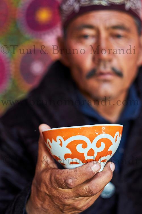 Mongolie, province de Bayan-Ulgii, région de l'ouest, campement nomade des Kazakh dans la steppe, homme Kazakh buvant du thé // Mongolia, Bayan-Ulgii province, western Mongolia, nomad camp of Kazakh people in the steppe, a Kazakh man drinking a tea