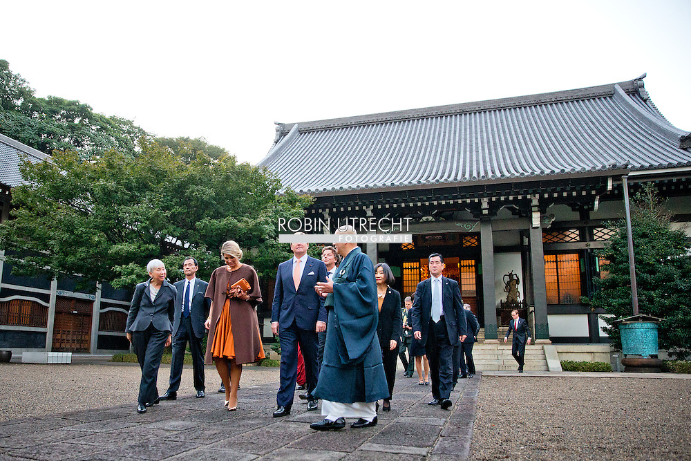 TOKYO - King Willem-Alexander and Queen Maxima of The Netherlands visit the Shinto Temple and the Buddhist Temple and pose in the garden in Tokyo, Japan, 29 October 2014. The Dutch King and Queen visit Japan for an three day state visit from 29 till 31 October. COPYRIGHT ROBIN UTRECHT