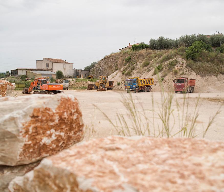 Priverno (Latina) cava di sabbia. Lo sfruttamento del territorio si inoltra fino alle abitazioni private<br /> <br /> Priverno (Latina) sandpit. Land use it forward to the private homes