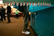 A Voter casts his ballet in New Haven, Connecticut November 7, 2006.  REUTERS/Andrew Gombert  (UNITED STATES)<br />