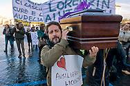 Roma, 17 Dicembre 2014<br /> Manifestazione di lavoratori della sanit&agrave;, a rischio  licenziamento dell' Aurelia Hospital, della European Hospital e della casa di Cura Citt&agrave; di Roma. Circa 160 lavoratori saranno licenziati  e altri 2000 lavoratori rischiano il licenziamento perch&egrave; la Regione Lazio ha tagliato i  fondi per le prestazioni salvavita.  lavoratori fanno il funerale alla sanit&agrave;.<br /> Rome, December 17, 2014<br /> Demonstration by health workers, at risk of dismissal of the Aurelia Hospital, the European Hospital and Home Care City of Rome. About 160 workers will be laid off and another 2000 workers risk dismissal because the Lazio Region has cut funds for life-saving performance. The workers make the funeral to the Health.