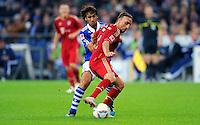"""18. September 2011: Gelsenkirchen, Veltins-Arena """"Auf Schalke"""": Fussball 1. Bundesliga, 6. Spieltag: FC Schalke 04 - FC Bayern Muenchen: Muenchens Franck Ribery (rot) gegen Schalkes Raul (blau)."""