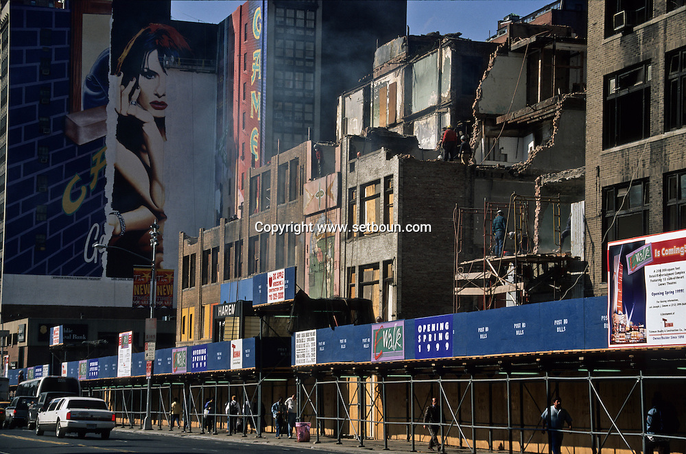 New York. times square. demolition works on 42nd street in times square area under renovation/ demolition des anciens immeubles avant la grande renovation de times square