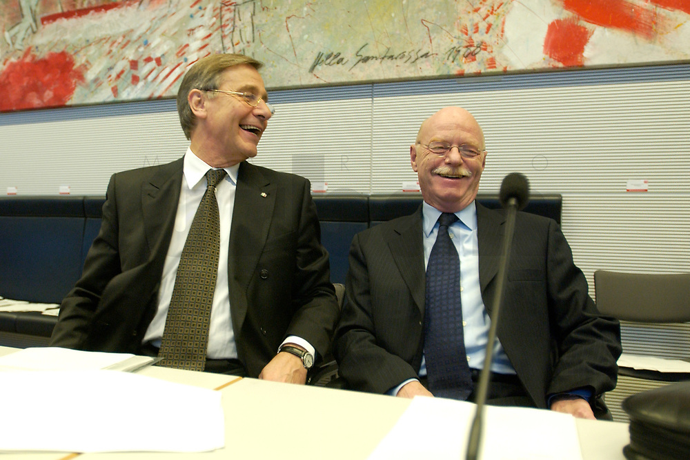 18 DEC 2003, BERLIN/GERMANY:<br /> Wolfgang Clement, SPD, Bundeswirtschaftsminister, und Peter Struck, SPD, Bundesverteidigungsminister, im Gespraech, vor Beginn der SPD Fraktionsitzung, Deutscher Bundestag<br /> IMAGE: 20031218-01-024<br /> KEYWORDS: Sitzung, Gespräch. lacht, lachen, amuesiert