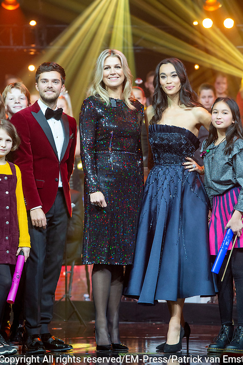 Koningin Maxima, als erevoorzitter van Meer Muziek in de Klas, tijdens het Kerst Muziekgala 2019 in de IJsselhallen in Zwolle. <br /> <br /> Queen Maxima, as honorary chairman of More Music in the Classroom, during the Christmas Music Gala 2019 in the IJsselhallen in Zwolle.<br /> <br /> Op de foto / On the photo: Queen Maxima / Koningin Maxima   met Buddy Vedder en Romy Monteiro