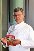 Mannheim. 09.05.18 | <br /> Küchenparty im Sternerestaurant Opus V.<br /> Vorstellung des Radio Regenbogen Harald Wohlfahrt Palazzo Jubiläumsmenüs.<br /> 20 Jahre Palazzo und 18 Jahre unter der Küchenregie von Harald Wohlfahrt mit seinen innovativen und qualitativ hochwertigen Kreationen. Mittlerweile hat sich die Spielzeit wegen der großen Resonanz von sechs Wochen auf viereinhalb Monate verlängert.<br /> Harald Wohlfahrt stellt nun im  Sternerestaurant Opus V im Dachgeschoss des Hauses engelhorn mode das Menü für die neue Spielzeit vor.<br /> Als Vorspeise gibt es Anis gebeizter Lachs mit marinierten Belugalinsen auf Mango-Papaya-Chutney. Der zweite Gang. Ein Spieß von Garnele und Jakobsmuschel an einer leichten Curry Velouté und Cocobohnen. Es folgt als Hauptgang ein Duett von der Barberie Ente auf Rahmwirsing, eingelegten Backpflaumen und Kartoffelsoufflé. Krönender Abschluss des Jubiläumsmenüs ist eine Panna Cotta an exotischem Fruchtsalat mit Himbeerbiskuit und Mangosorbet.<br /> <br /> <br /> Bild: Markus Prosswitz 09MAY18 / masterpress (Bild ist honorarpflichtig - No Model Release!) <br /> BILD- ID 00227 |