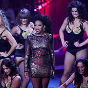NLD/Hilversum/20121109 - The Voice of Holland 1e liveuitzending, Leonna Phillipo en danseressen