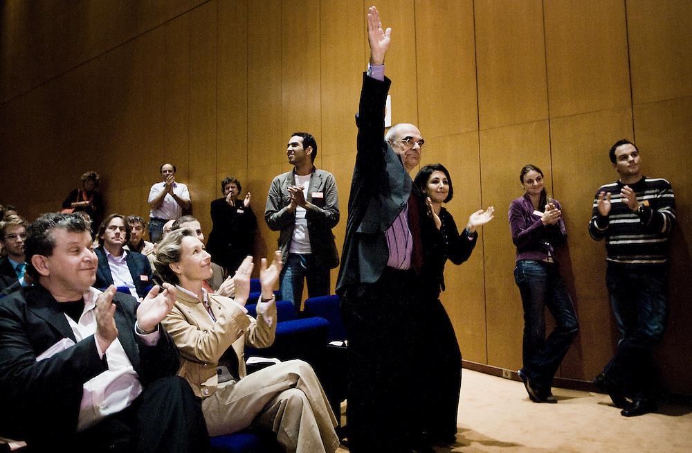 Nederland. Amsterdam, 6 oktober 2007.<br /> PvdA Congres in de RAI. Partijleider Wouter Bos looft de kandidatuur van Jan Pronk. Pronk krijgt een ovationeel applaus van het congres.<br /> Foto Martijn Beekman <br /> NIET VOOR TROUW, AD, TELEGRAAF, NRC EN HET PAROOL
