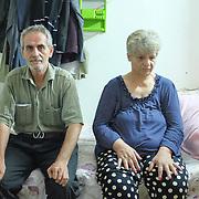 Starší bezdetný manželský pár v utečeneckom tábore Mar Ellia v meste Erbil v Kurdistane v Iraku. Mar Ellia sa nachádza v kresťanskej štvrti Ankawa a je to bežná farnosť. V parku okolo kostola vznikol utečenecký tábor, v ktorom sú prevažne kresťania z mesta Qaraqosh a niekoľko rodín z miest Mosul a Bartella.