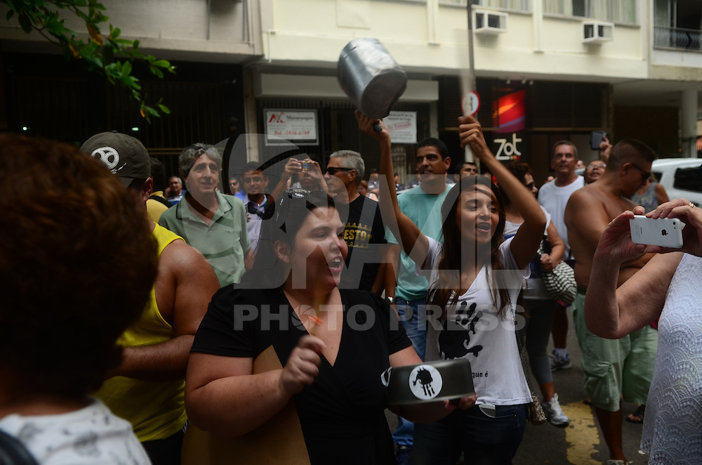 RIO DE JANEIRO, RJ, 03.02.2015 - PANELAÇO CASA GRAÇA FOSTER - Manifestantes fazem panelaço nas imediações da residência da presidente da Petrobras, Graça Foster, em Copacabana, na zona sul do Rio de Janeiro, nesta terça-feira, 3. (Foto: Jorge Hely / Brazil Photo Press).