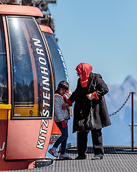 THEMENBILD - Arabische Touristen beim verlassen der Gondel. Jedes Jahr besuchen mehrere Tausend Gäste aus dem arabischen Raum die Urlaubsregion im Salzburger Pinzgau, aufgenommen am 08. August 2016 in Zell am See, Österreich // Arabic Tourists leaving the Cable Car. Every year thousands of guests from Arab countries takes their holiday in Zell am See - Kaprun Region, Zell am See, Austria on 2016/08/08. EXPA Pictures © 2016, PhotoCredit: EXPA/ JFK