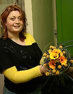 """Wenda Harsta- Buwalda van Bloembinderij """"De Witte Bloem"""" in Franeker maakt de boeketten voor koningin Beatrix en de prinsessen voor Koninginnedag 2008 in Franeker. De biedemeiertjes bestaat uit een krans van Scabosia bollen. In het midden zit een gele Calla, omringd door gele roosjes, blauwe Veronica, blauwe Distels en gele Gerbera's. Ter versteviging werden flexigrassen door het boeket verwerkt."""