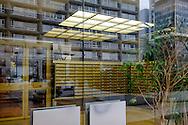La Dalle Tolbiac, 13 ème arrondissement, Paris. Reflets d'immeubles dans la vitre d'un hall d'accueil. / The Dalle Tolbiac 13th arrondissement, Paris. Buildings reflections in a glass lobby