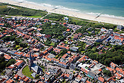 Nederland, Zeeland, Walcheren, 12-06-2009; Drukte op het strand van Domburg, onder in beeld de Markt met kerkje (Hervormde Kerk).Swart collectie, luchtfoto (25 procent toeslag); Swart Collection, aerial photo (additional fee required).foto Siebe Swart / photo Siebe Swart