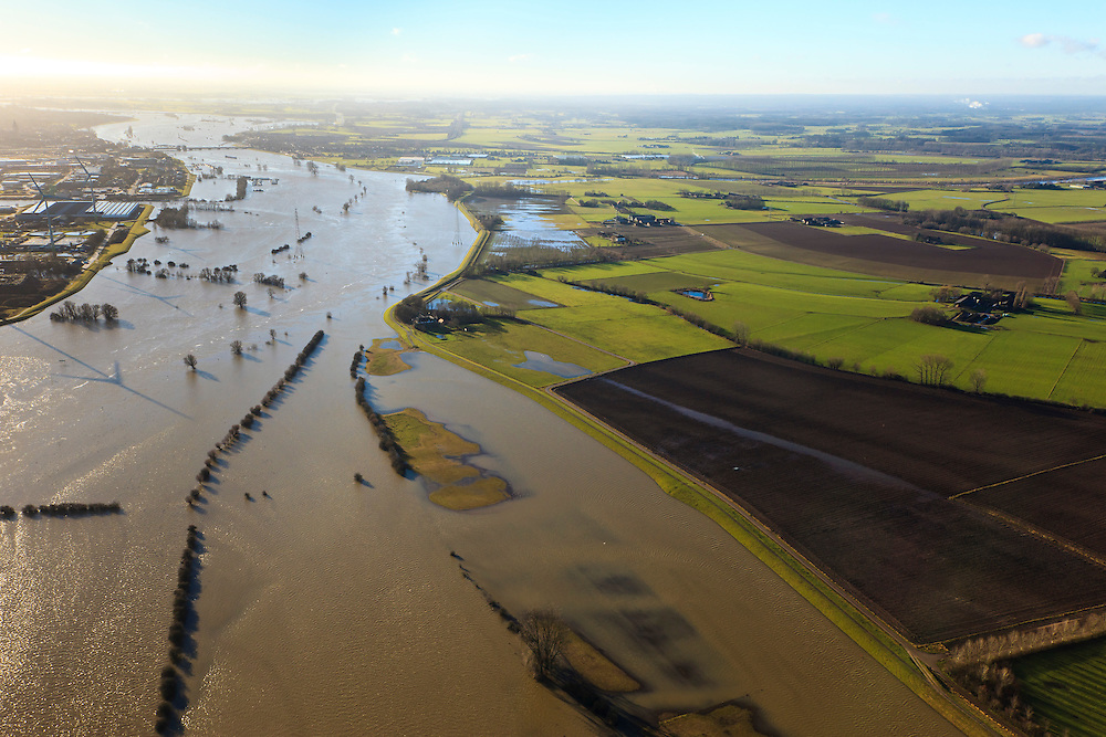 Nederland, Gelderland, De Voorster Klei , 20-01-2011; IJssel bij hoogwater ten noorden van Zutphen (boven links). Rechts de Voorsterklei..High waters of the river IJssel near Zutphen..luchtfoto (toeslag), aerial photo (additional fee required).copyright foto/photo Siebe Swart
