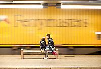 Bari, giovane coppia nella stazione centrale