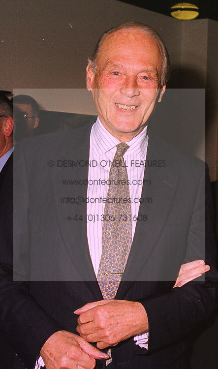SIR MICHAEL RICHARDSON at an exhibition in London on 26th October 1998.MLF 10 MOLO