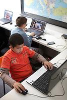 Mark Holhos (Hongarije) en zijn vriendje Tibi Nogn (Hongarije) hebben computerles op de Rotterdamse lager school de Kameleon in de wijk Carnisse. Op de school met 400 leerlingen zitten meer dan 50 nationaliteiten.