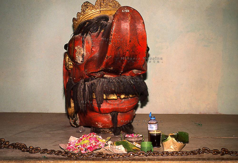 Indonesia, Java island: Indonesian figurehead of a boat with propitiatory offerings.<br /> Indonesia; Giava, polena di una barca indonesiana con offerte votive propiziatorie.