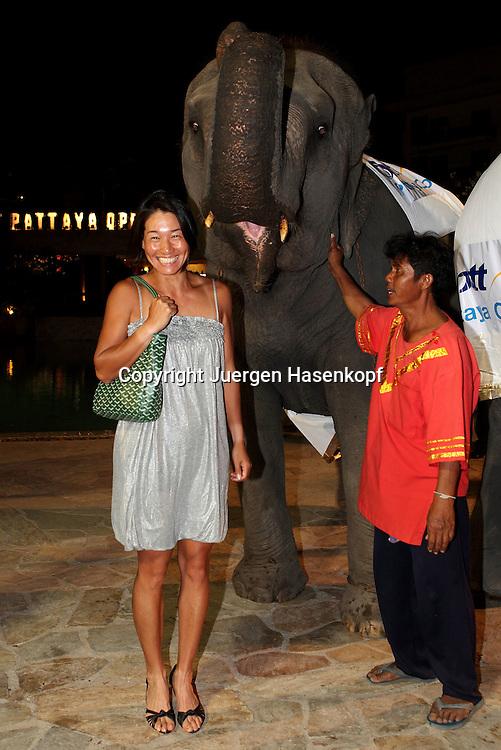 PTT Pattaya Open 2011,WTA Tennis Turnier,. International Series, Dusit Thani Resort in Pattaya,.Thailand,Players Party, Kimiko Date-Krumm (JPN) mit Elefant, kurios,Humor,