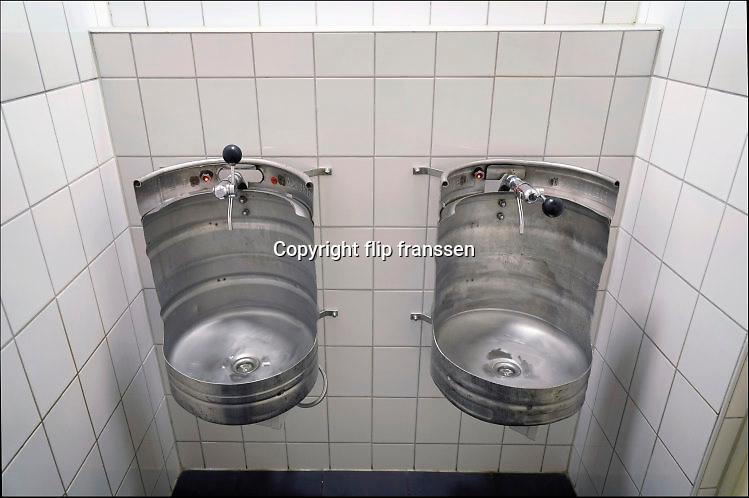 Nederland, Nijmegen, 5-10-2016In een cafe bij een brouwerij zijn twee bierfusten gebruikt als urinoirs op het mannentoilet .Foto: Flip Franssen