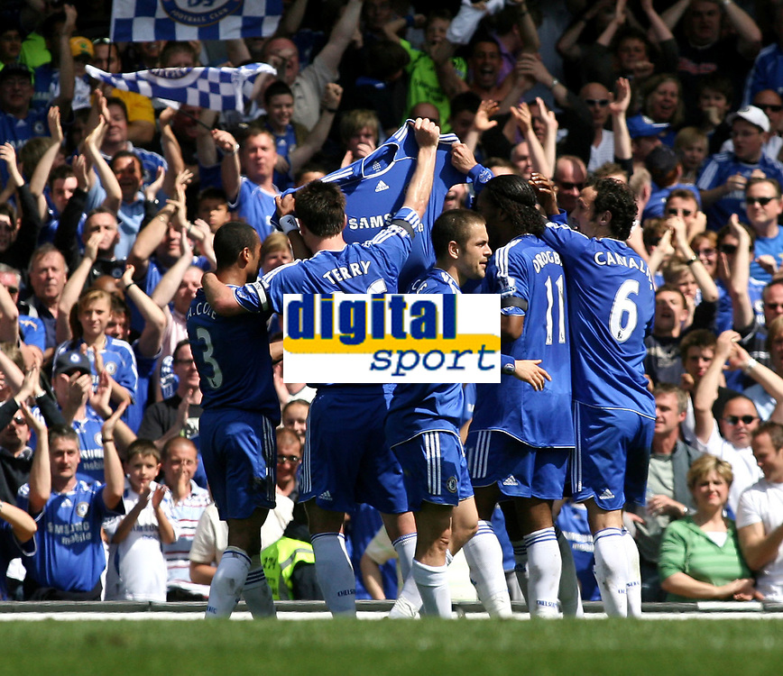 LONDON, ENGLAND - Saturday, April 26th, 2008:  Chelsea's players celebrate scoring the first goal against Manchester United by holding up a shirt of Frank Lampard whose Mum died during the week during the Barclays Premiership match at Stamford Bridge. (Photo by Chris Ratcliffe/Propaganda)