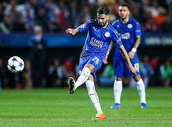 Riyad Mahrez of Leicester City takes a free kick - Rogan Thomson/JMP - 22/02/2017 - FOOTBALL - Estadio Ramon Sanchez Pizjuan - Seville, Spain - Sevilla FC v Leicester City - UEFA Champions League Round of 16, 1st Leg.