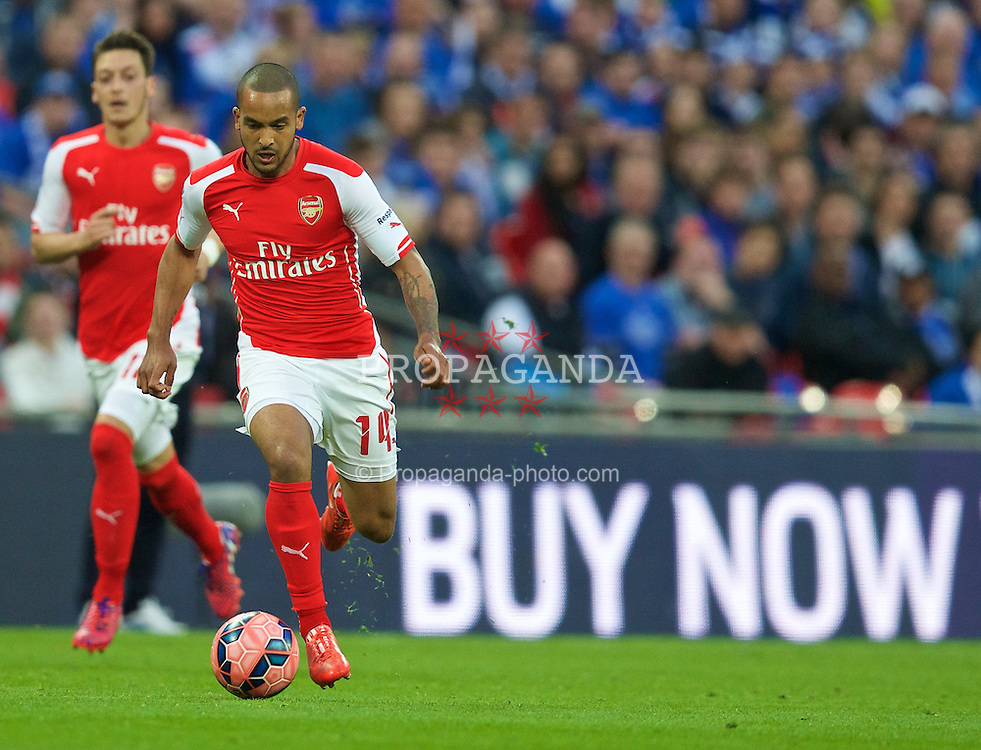 LONDON, ENGLAND - Saturday, April 18, 2015: Buy now... Arsenal's Theo Walcott in action against Reading during the FA Cup Semi-Final match at Wembley Stadium. (Pic by David Rawcliffe/Propaganda)