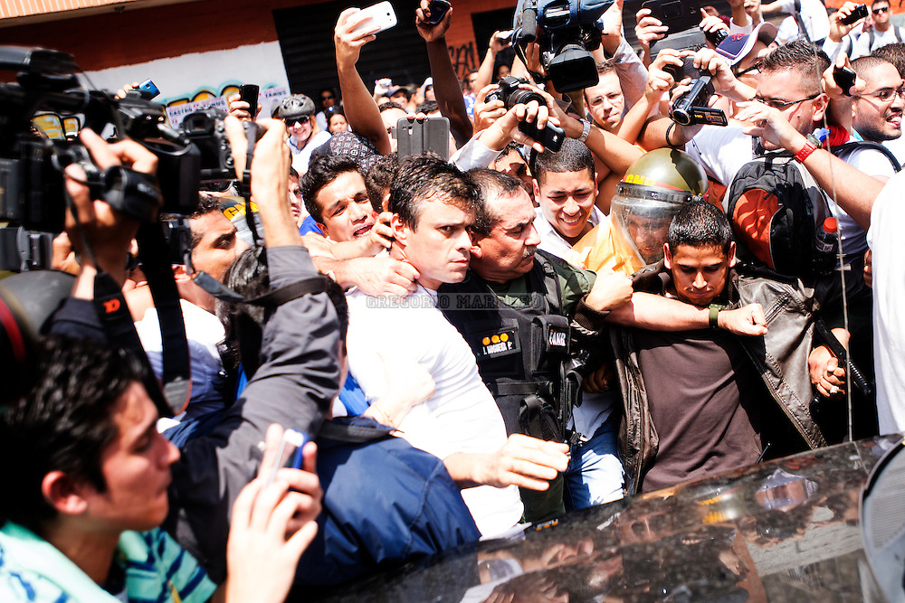 Caracas, Venezuela - 18/02/14: El lider opositor Leopoldo Lopez es conducido por el comandante genaral de la GNB luego de que Lopez se entregara a las autoridades venezolanas quienes lo acusan de los disturbios que se han suscitado en Caracas durante los últimos cinco días con un saldo de tres estudiantes muertos, decenas de heridos y centenares de detenidos. (Photo by Gregorio Marrero)