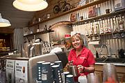Barb Bauman gör kaffe på Bauman Farms café. Gervais, Oregon, USA<br /> Foto: Christina Sjögren