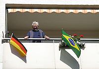 Feature Koenigstein          Ein Bewohner von Koenigstein im Taunus steht an seinem Balkon, geschmueckt mit den Nationalflaggen Deutschlands und Brasiliens.
