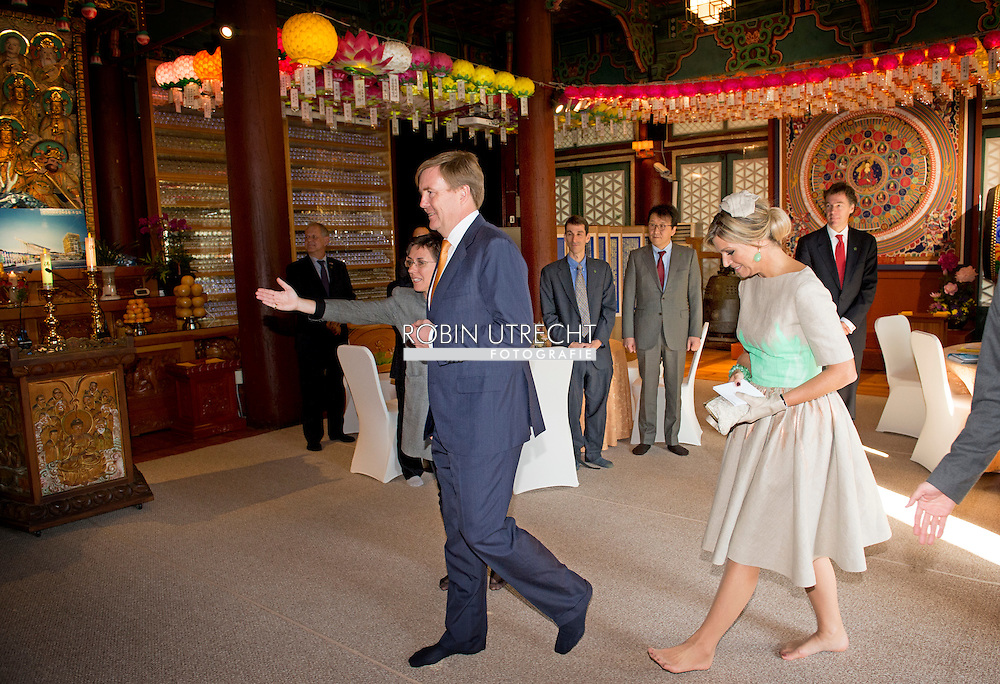 2-11-2014 - SEOUL - King Willem Alexander and Queen Maxima during a visit to the Dongguk Universiteit for a Seminar on creative / learning economy with guus hiddink <br />  during a 2 days State visit of king Willem-alexander and queen Maxima to South Korea . COPYRIGHT ROBIN UTRECHT