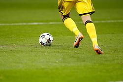 Football: Champions League, General view of the official, match ball, Baelle, balls, Ausruestung, official match ball, adidas, equipment, offizieller, Spielball, Beine, leg, kick off, goalkeeper, Torwart, Abstoss,