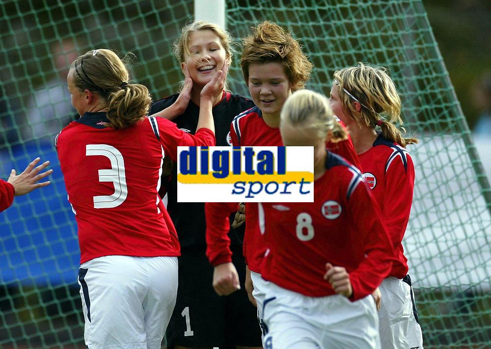 Fotball<br /> Landskamp J15/16 &aring;r<br /> Tidenes f&oslash;rste landskamp for dette alderstrinnet<br /> Sverige v Norge 1-3<br /> Steungsund<br /> 11.10.2006<br /> Foto: Anders Hoven, Digitalsport<br /> <br /> Vilde Thorbj&oslash;rnsen - H&oslash;yang / Norge<br /> Gratulasjoner etter &aring; ha reddet straffespark