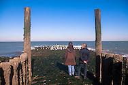 Europa, Niederlande, am Strand von Domburg auf Walcheren, Frauen stehen auf einer Buhne.<br /> <br /> Europe, Netherlands, at the beach in Domburg on the peninsula Walcheren, women on a groin.