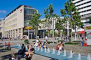Einkaufsstraße Fußgängerzone Prager Straße, Brunnen mit Menschen, Dresden, Sachsen, Deutschland.|.Shopping street  Pager Strasse, fountains, Dresden, Germany