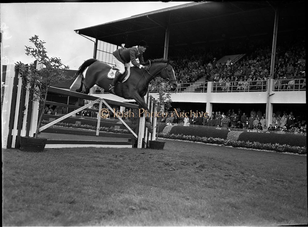 "09/08/1962<br /> 08/09/1962<br /> 09 August 1961<br /> RDS Horse Show, Ballsbridge Dublin, Thursday. <br /> Picture show ""Sin Jon"" of U.S.A. ridden by William C. Steinkraus."