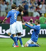 FUSSBALL  EUROPAMEISTERSCHAFT 2012   HALBFINALE Deutschland - Italien              28.06.2012 Claudio Marchisio, Mario Balotelli und Daniele De Rossi (v.l., alle Italien) jubeln nach dem 0:2
