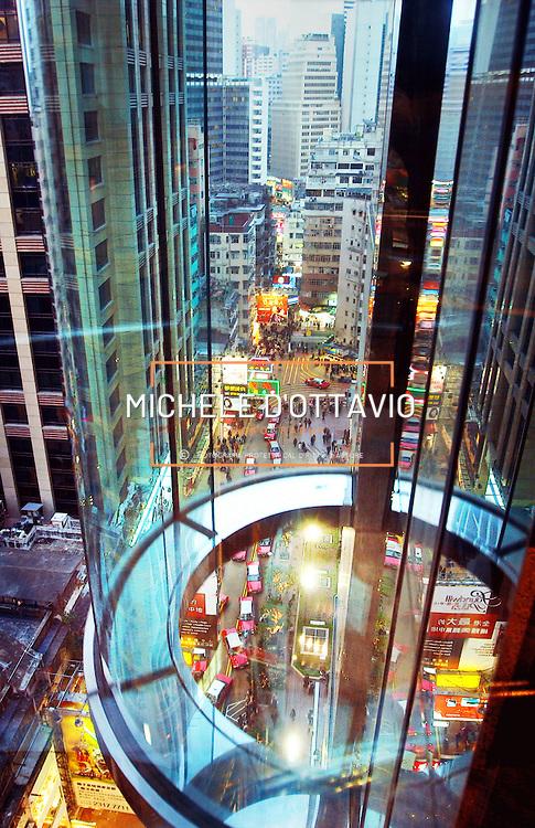 Honk Kong Center : Times Square da un ascensore con vista di un centro commerciale<br /><br />fotografia di  Michele D&rsquo;Ottavio