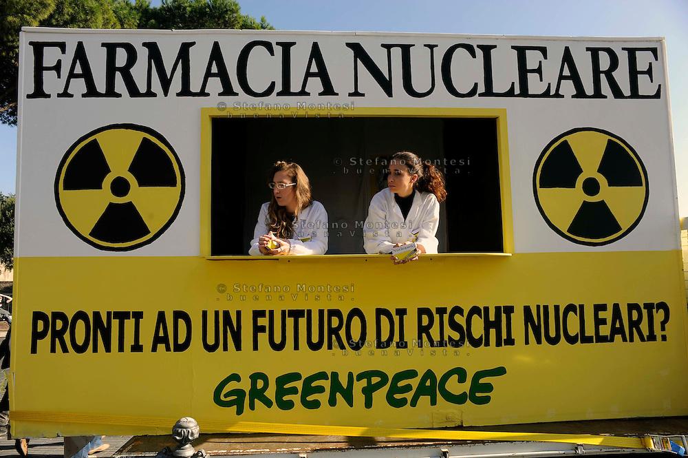"""Roma 13 Novembre 2009.Inaugurata a Roma la prima """"farmacia nucleare"""" ambulante che distribuirà alla popolazione il """"Nuclease65"""", ovvero materiale informativo sotto forma di scatolette di finte pillole allo iodio. Una simulazione di quello che periodicamente fa l'Agenzia di Sicurezza Nucleare francese..Rome 13 November 2009.Inaugurated in Rome the first one """"nuclear pharmacy"""" itinerant that will distribute to the population the """"Nuclease65"""", or material informative in the form of boxes of fake pills to iodine. A simulation of that that periodically ago the agency safety Nuclear French."""