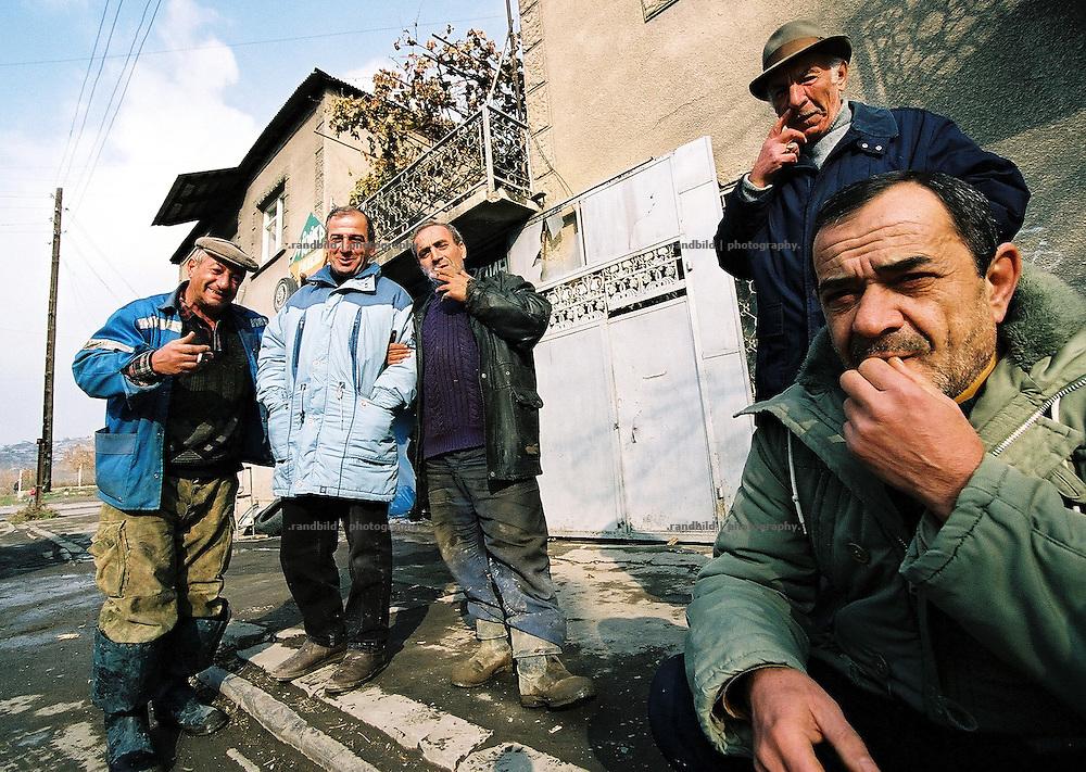 Ein häufiges Bild im Kaukasus. Wegen der hohen Arbeitslosigkeit sitzen die Männer an der Strasse. Armenien ist geprägt von Verfall und Perspektivlosigkeit. Some men waiting for nothing on a sidewalk in Yerevan, Armenia.