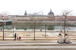 Scène de vie sur les berges du Rhône avec au fond l'hôtel-dieu de Lyon  // Scene of life on Rhône riverside and on background Hôtel-Dieu building