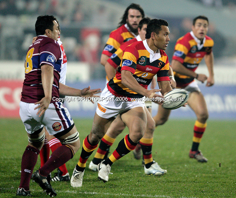 Roy Kinikinilau passes during the Air New Zealand Cup rugby match between Southland and Waikato at Rugby Park Stadium, Invercargill, on Saturday 5 August 2006. Photo: Richard Jones/PHOTOSPORT<br /> <br /> <br /> 050806 week 2 npc