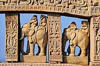 Inde, état du Madhya Pradesh, Sanchi, monuments bouddhiques classés Patrimoine mondial de l'UNESCO, le grand stupa, porte Nord // India, Madhya Pradesh state, Sanchi, Buddhist monuments listed as World Heritage by UNESCO, the main stupa a 2200 year old Buddhist monument built by Emperor Ashoka, Unesco World Heritage, north door
