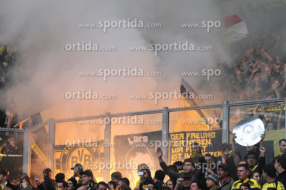 14.04.2012, Veltins Arena, Gelsenkirchen, GER, Schalke 04 vs Borussia Dortmund, 31. Spieltag, im Bild Fans von Borussia Dortmund zuenden im Fanblock verbotene Pyrotechnik // during the German Bundesliga Match, 31th Round between Schalke 04 and Borussia Dortmund at the Veltins Arena, Gelsenkirchen, Germany on 2012/04/14. EXPA Pictures © 2012, PhotoCredit: EXPA/ Eibner/ Alexander Neis..***** ATTENTION - OUT OF GER *****